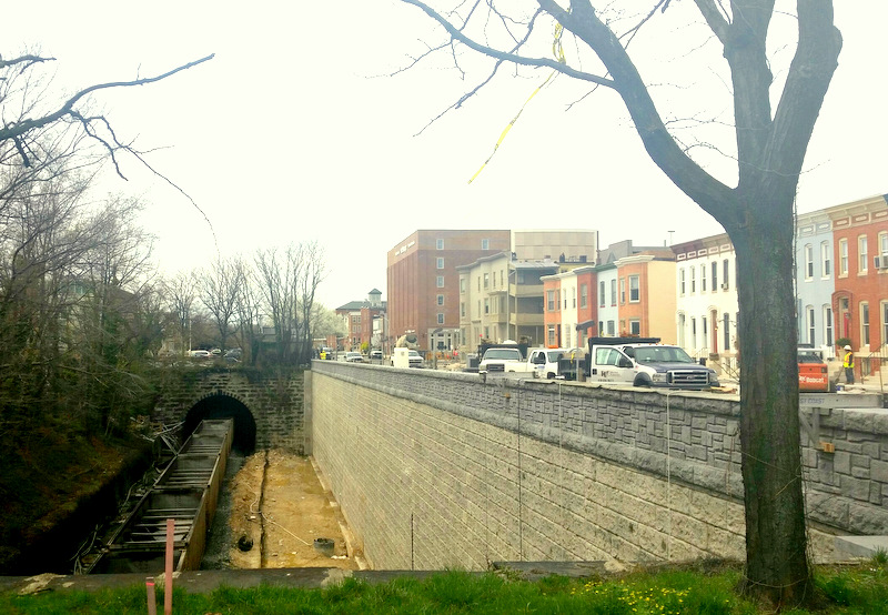 The new retaining wall separating 26th Street from the CSX rail line below. (Picture taken April 15, 2015 by Mark Reutter)