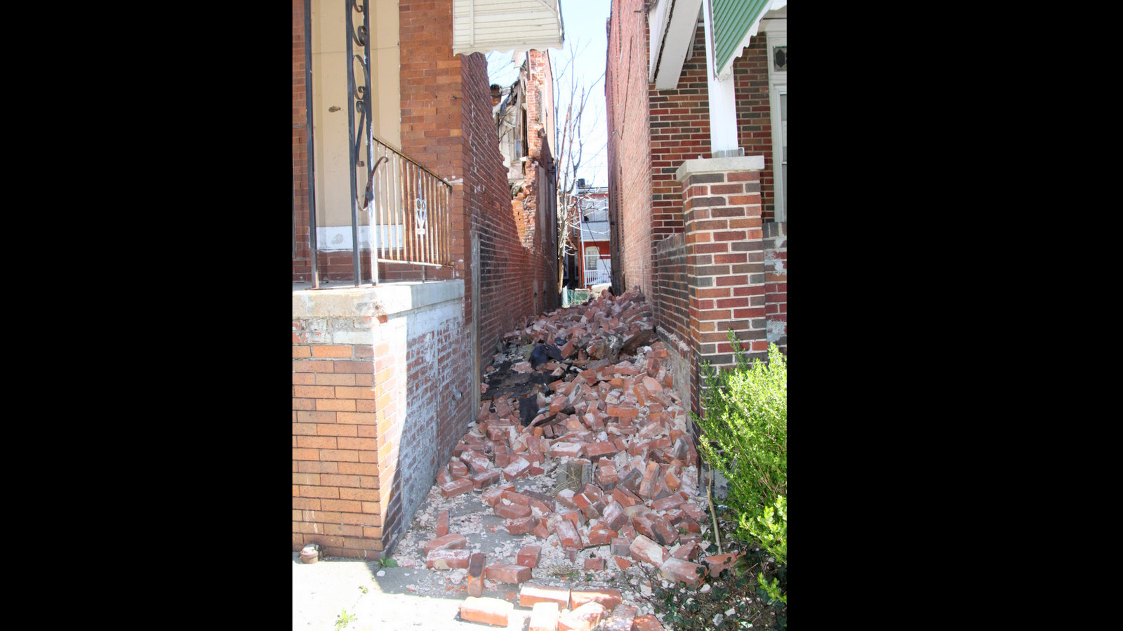 The gap between 1625 North Payson Street, which collapsed, and 1621 North Payson Street. (Fern Shen)
