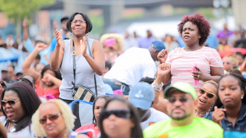 The crowd at the Baltimore African American Festival outside M & T Bank Stadium, responds to the music. (Christopher Ervin)