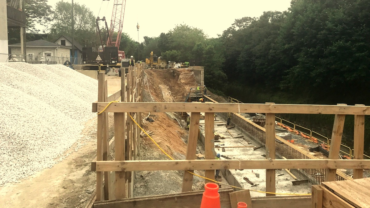 A massive concrete foundation is being built to hold up the wall that will prop up 26th Street over the CSX line. (Mark Reutter)