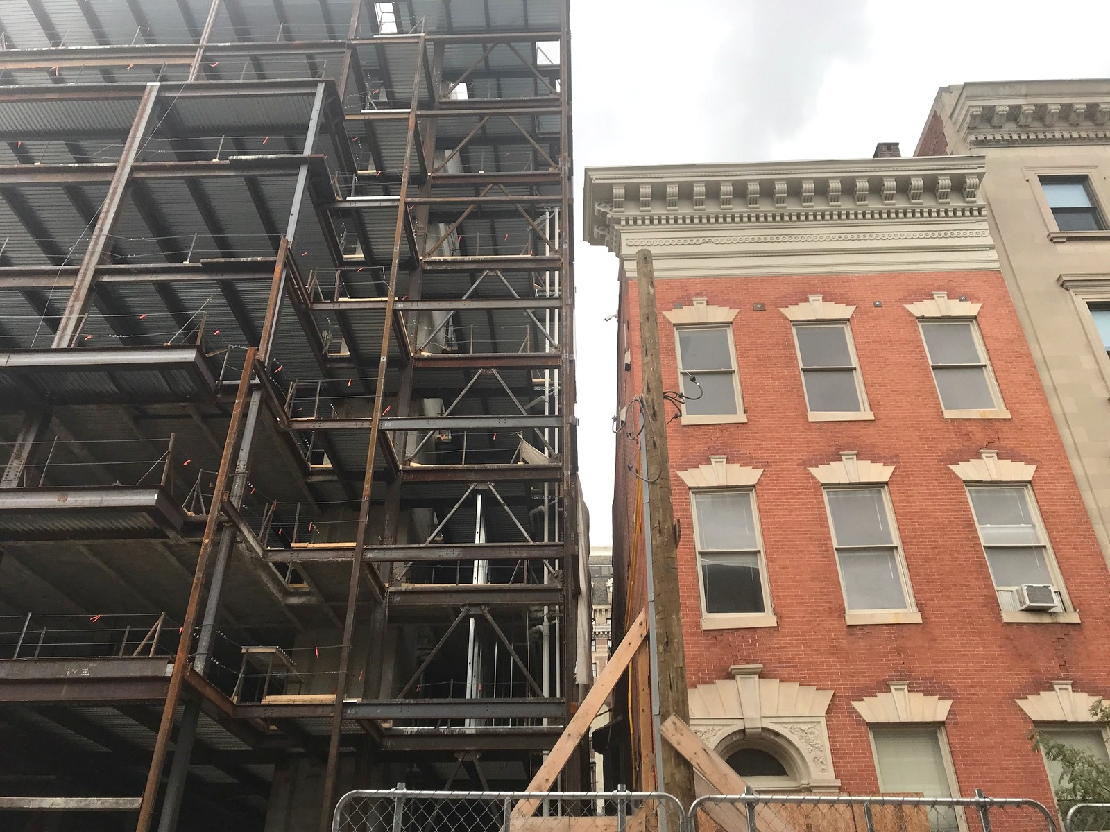 The extremely narrow space now between the two building. Note the inches separating the upper 1860s-era cornice and the new steel building. (Mark Reutter)